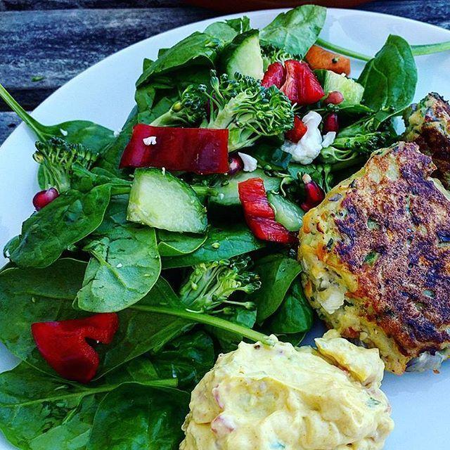 Dagens aftensmad. Hjemmelavede fiskefrikadeller m. skyr-remoulade og salat. Mums 😃😃 #aftensmad #dinner #foodnerd #stopmadspild #rester #tømkøleskabet #velbekomme #madmedsmag #mættendemad #hjemmelavet #rigtigmad #sundmad #sundlivsstil #vægttab #kcal #fitfam #fitfamdk #sund #sundhed #ernæring #velvære #mums #muskelmad #fiskefrikadeller #instafood
