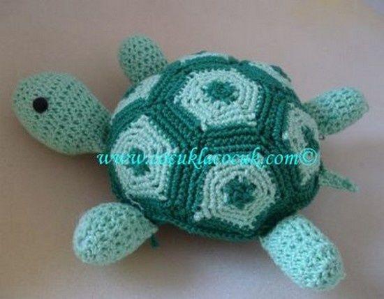 """Voici de """" Belles tortues vertes """" , ornées d'une magnifique carapace , avec un pas à pas en images , trouvé sur le blog de """" Tusendria.xn """" , accompagné de leurs grilles gratuites . Pour aller au pas à pas en images , cliques sur """" Belles tortues vertes..."""