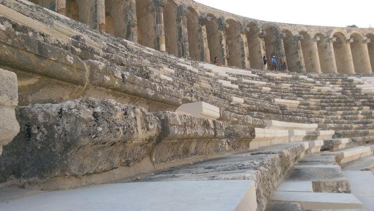 13. yüzyılda Selçuklu Sultanı Alaaddin Keykubat'ın emriyle onarılan tiyatroda sahne çinilerle bezenmiş ve bir süre sultanın yazlık sarayı olmuş. 1930 yılında ise Mustafa Kemal ziyarete açılması emrini vermiş. Evet, o günden bugüne festivallerle, konserlerle ününü arttırmış ancak keşke bir kısım geliriyle içinde bulunduğu kente de bakılsaymış. / Aspendos Theatre, Antalya, Turkey