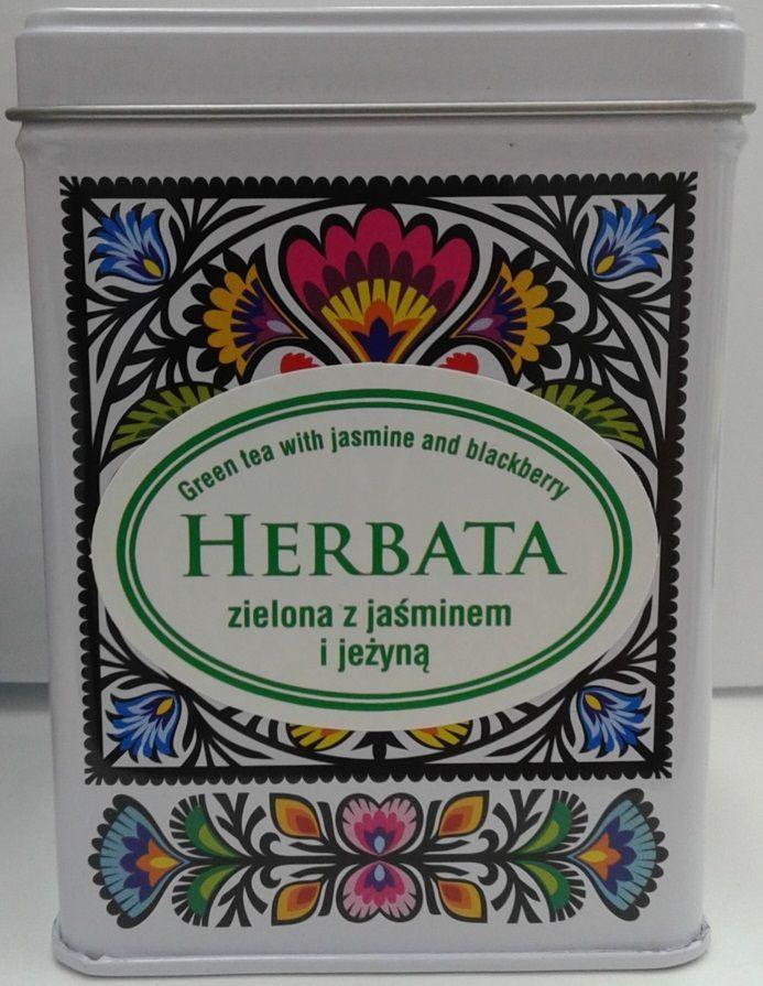 Herbata zielona z jaśminem i jeżyną- doskonały smak i piękny zapach zapakowane w metalową puszkę zdobioną kolorowymi wzorami łowickimi z szarą pokrywką projekt inspirowany tradycyjnymi wzorami ludowymi z wycinanek łowickich podstawowymi elementami wycinanek łowickich są koguty, pawie oraz motywy kwiatowe idealny prezent z Polski :) WYMIARY: 7,5 x 7,5 x 10 cm.