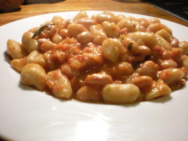 PISAREI E FASO' Piacentini ~ Ingredienti: farina, pangrattato, lardo (o pancetta tesa) aglio, prezzemolo, cipollina, sedano, carota, basilico, burro, olio d'oliva, cotenne di maiale, fagioli borlotti secchi, parmigiano, sale e pepe. Per la preparazione vedere: https://www.facebook.com/photo.php?fbid=578736422219893&set=a.469375059822697.1073741825.326675757425962&type=1&theater