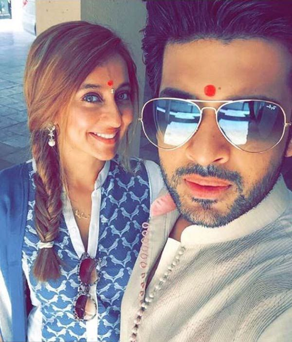 Karan Kundra lashes out at a fan for calling his girlfriend Anusha Dandekar a prostitute