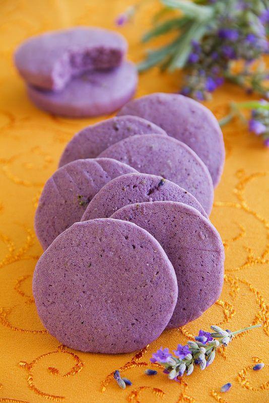 Biscuits à la lavande mélanger 180g farine, 100g sucre et 1 cac fleurs de lavande, puis ajouter 100g beurre froid, 1/4 cuillère à thé d'huile essentielle de lavande et 1 oeuf + colorant bleu et rouge mélanger jusqu'à couleur souhaitée former un boudin repos 1-2h au frigo / tranches de 1cm épais Disposer sur plaque + frigo 30min Cuire 10 min 180°