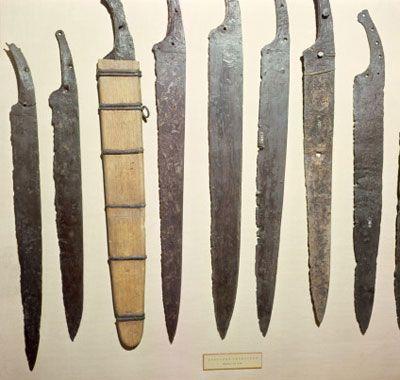 Laminas de ferro de espadas vikings. A espada longa viking era comum e tinha quase o comprimento do braço de um homem.