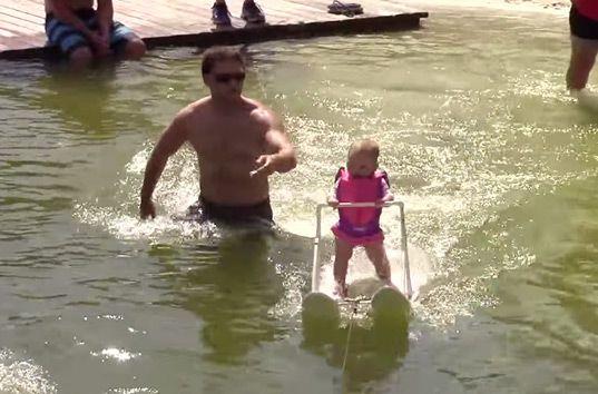 Новый мировой рекорд: Шестимесячная девочка проплыла на водных лыжах почти 200 метров (ВИДЕО)