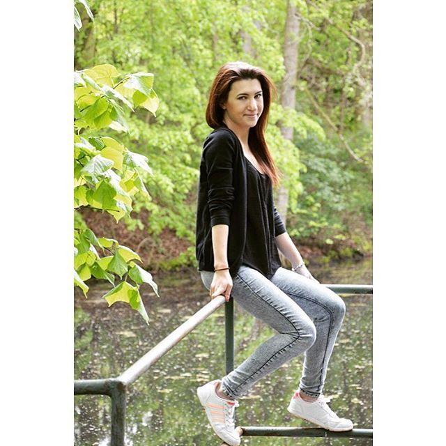 """Simi: """"Hale vezmem si bílé tenisky?"""" Elza: """"Jo, vezmeme, vždyť jdeme jen fotit do lesa"""" �������� #czech #girls #brunette #fitness #like #me #photo #spring #konopiště #nice #day #photography #blondýny #folow4folow http://tipsrazzi.com/ipost/1509635916799726993/?code=BTzTd4xBNWR"""