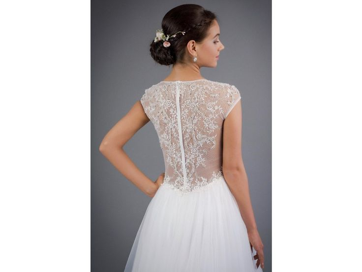 Svatební šaty s krajkovými zády. šaty mají decentní V výstřih a malé rukávky záda jsou zdobená ručně našívanými kamínky ve vzoru krajky pas je zdobený krajkou a kamínky široká bohatá tylová sukně všitá podprsenka a zip na zádech délka 155 cm od...