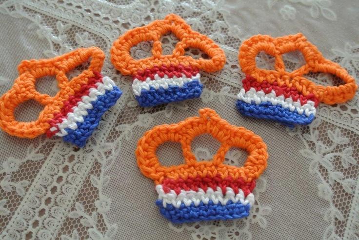 Nog meer kroontjes http://dehaakbrigade.blogspot.nl/2013/04/nog-meer-kroontjes-haken.html.