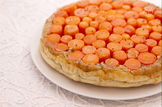 La torta rovesciata di carote e cipolle è una gustosissima e coloratissima torta salata dal sapore delicato, molto semplice da realizzare.