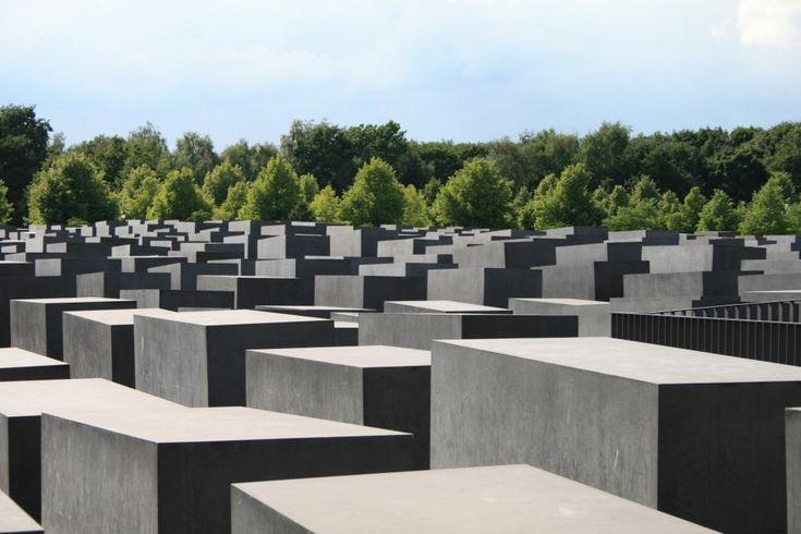 Indgangen til  informationscentret under de 2.711 btonpiller finder man i den østlige ende længst væk fra Tiergarten.