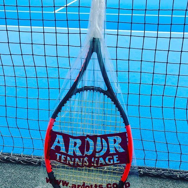 Pinを追加しました!/深夜の #修行 なう。 トップランクのヨネックスストリンガーがコーチにいて、いつも指名で張ってもらってます。 最近フォアがメタメタでしたが、ガット張り替えたら調子が少し戻ったかも!! ラケット50% ガット50%ですね。 #wilson #burn95cv #luxilon #4gsoft #tennis