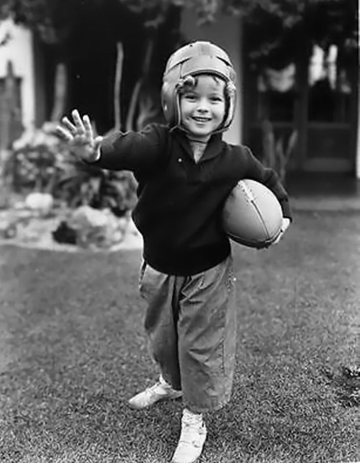 Shirley Temple is playing rugby,1935.