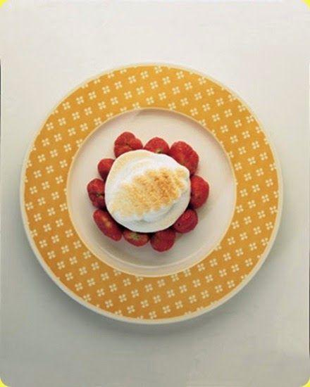 Fragole alla meringa morbida  Ingredienti: per 1 persona          fragole g 200         colla di pesce g 3         5 gocce di dolcificante         2 albumi freschissimi          Questo dessert garantisce le stesse calorie di una mela di normale pezzatura, ma con un contenuto oltre che di glucidi anche delle nobili proteine, che sono presenti nell'albume dell'uovo. Ciò consente di potenziare l'apporto proteico del pasto, mantenendo però il giusto valore calorico.