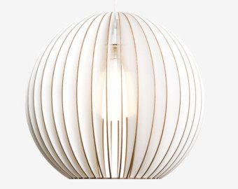 TEIA is de ideale lamp voor grote panelen. Het is gemaakt voor licht naar beneden. Deze lamellen gemaakt van berken verstrekken warme en aangename licht. Als verlichting voor de eettafel, over een Sidboard of licht voor keuken eilanden-. TEIA is beschikbaar en vijf kleuren.  Variant: Berk natuurlijke, fijn geschuurd, onbehandeld / / diameter 29cm, hoogte 34, 5cm  TEIA wordt vervangen met kabel van 2 m textiel, E27 en baldakijn in een hand-gedrukte kartonnen doos. Kabel kleuren: zwart, wit…