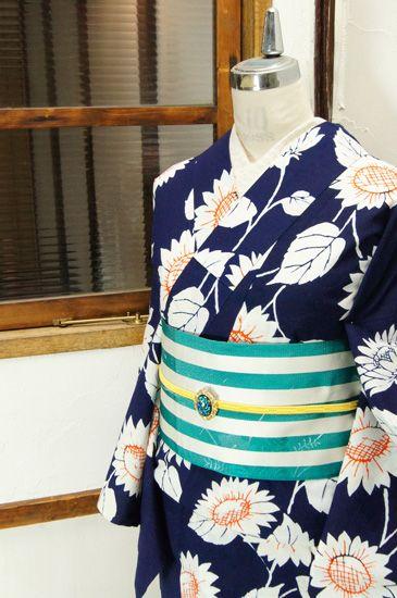 紺地にバレンシアオレンジの挿し色美しく染め出された向日葵のモチーフが印象的な注染レトロ浴衣です。 #kimono