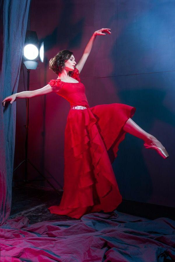 Коллекция  «Дерево жизни» Nadia Himdiat выполнена в этническом стиле, включает в себя платья, сарафаны, юбки различной длины  летящие, многослойные  они,  словно  крылья -  придают  лёгкость и невесомость  образу. Ткань,  несомненно - лён, тонкий, благородный, струящийся, волнующий. Основные цвета коллекции  HIMDIAT  символизируют: * Красный  цвет – радость, любовь, величие, красота.