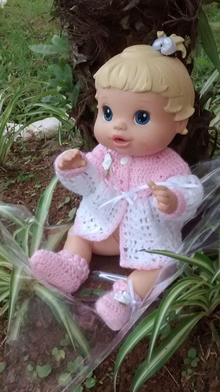 ...parece que o frio chegou! Roupinha em crochê para a sua bonequinha ficar super linda e bem agasalhadinha! Ideal para as bonecas Babies Alives de tam aprox. 35 cm. Kita com vestido e sapatinho. boneca não inclusa.