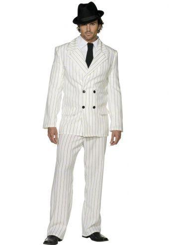 Een wit gangster pak zodat jij je kan voelen als een speler uit Scarface of The Godfather. Het colbertjasje heeft lichte schoudervullingen en taillering. In de broek zit een achterzakje. Geslaagd pak voor een mafia of gangster avond maar ook om gewoon een keer de show te stelen.