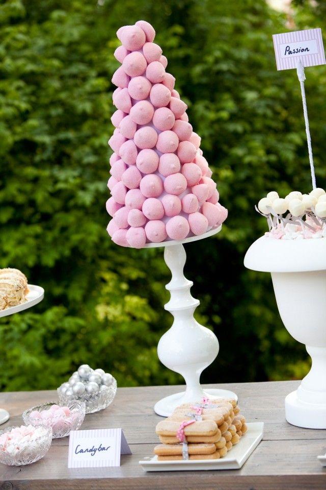 tafel met plateau met roze spekjes en andere lekkernijen