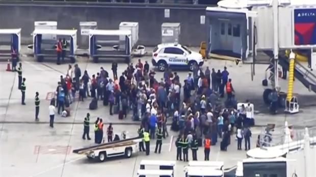 Cinco personas murieron y un sospechoso está bajo custodia después de que un pistolero abriera fuego en el Aeropuerto de Fort Lauderdale en Florida.