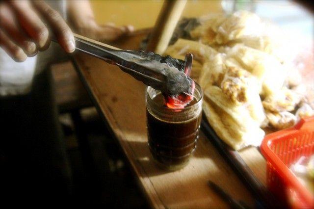 Kopi Arang yang Joss Khas Yogyakarta  Jika Anda penikmat kopi yang hendak mengunjungi tempat wisata di Yogyakarta, datanglah ke Jalan Wongsodirjan di sekitar kawasan Stasiun Tugu. Di tempat ini berederet lebih dari 10 angkringan yang setiap malam selalu ramai pengunjung.