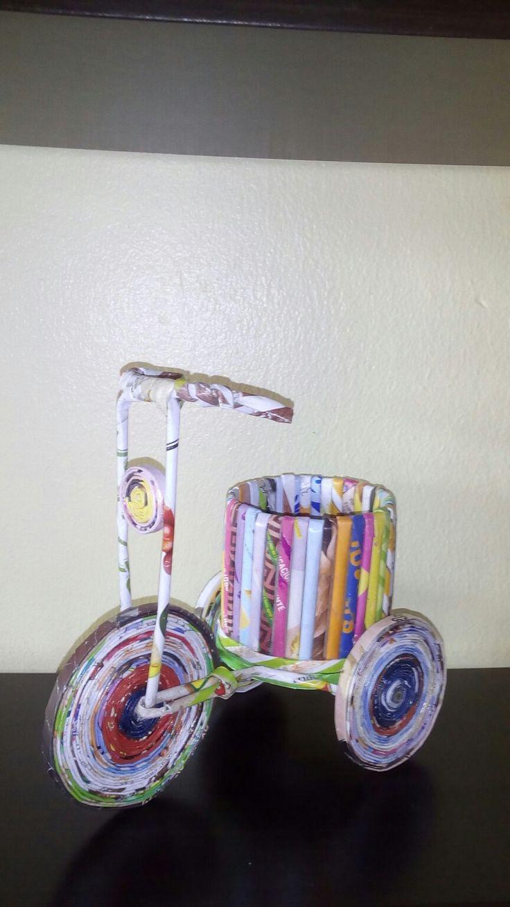 Triciclo realizado con papel reciclado, por Lourdes Vancampo Fousse.
