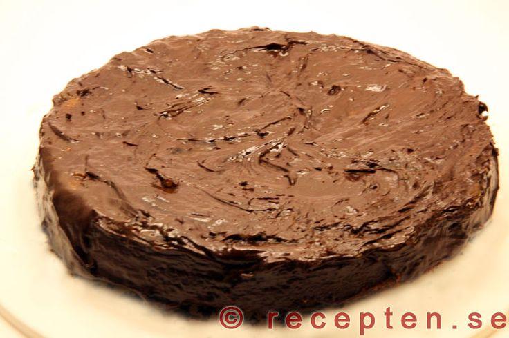 Sachertårta - Recept på Sachertårta som är en mycket god och lyxig chokladtårta med mycket chokladsmak. Tårtan är enkel att göra och går att göra 1-2 dygn innan servering.