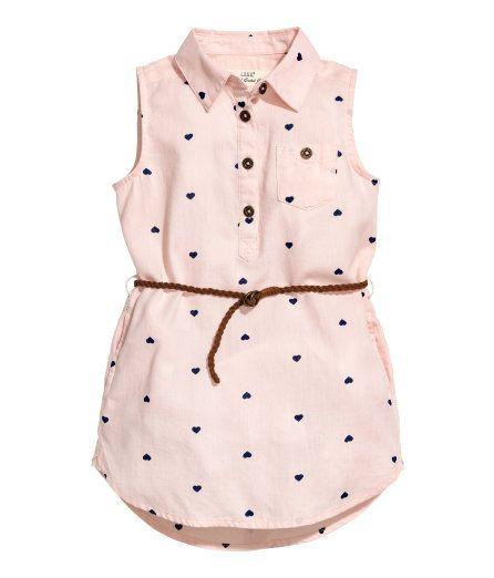 Kolla in det här! En ärmlös skjortklänning i mjuk, vävd bomullskvalitet med tryckt mönster. Klänningen har krage och knäppning upptill. Bröstficka med knäppning. Flätat, avtagbart skärp i mockaimitation. Sidfickor. Klänningen är rundad nedtill med något längre bakstycke. Ofodrad. - Besök hm.com för ännu fler favoriter.