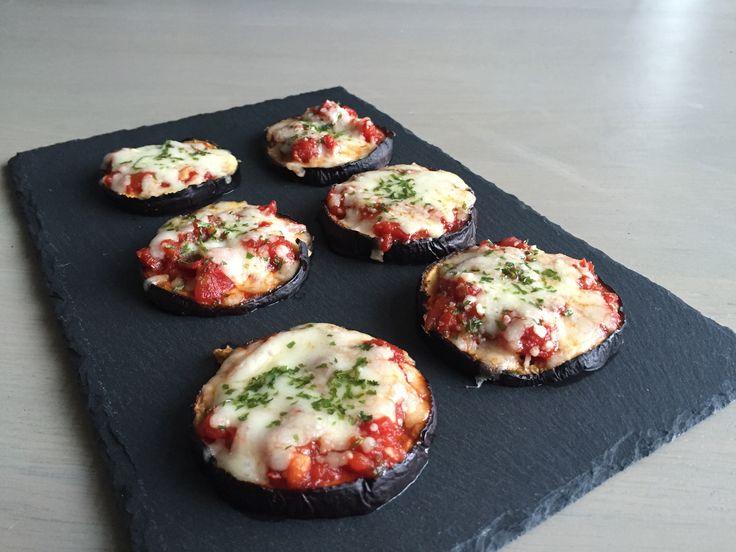 Deze heerlijke vegetarisch koolhydraatarme mini pizza's gemaakt van aubergine zijn hartstikke leuk om te maken en te serveren als snack of borrelhapje.