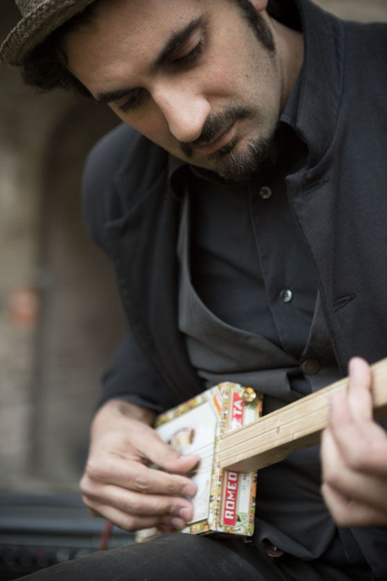 my cigar box guitar (photo by Gianluca Naphtalina Camporesi)