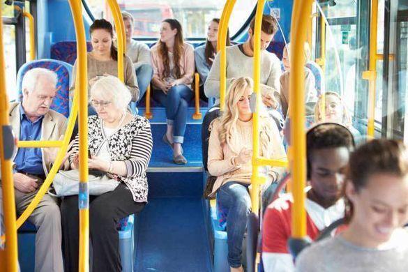 Dans le métro, le train, les bus, les bousculades, la promiscuité, le bruit, peuvent nous mettre les nerfs à vif... Mais en général, le matin, chacun est encore dans son monde intérieur, il y a peu de conversation, même s'il y a beaucoup de monde...
