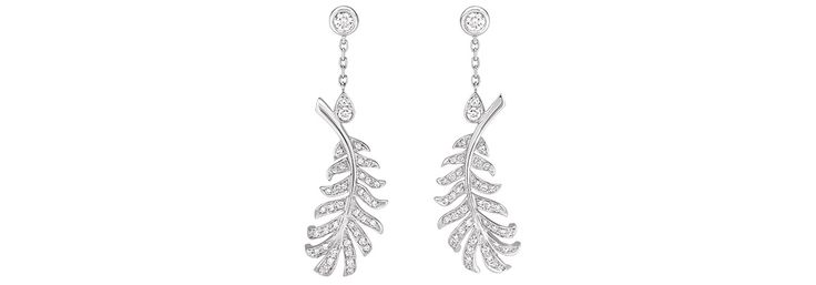La douceur aérienne des 'Plumes' Chanel en or blanc et diamants, pour habiller le smoking Pallas de celle qui incarne à l'écran la Betty Catroux de Bertrand Bonello.