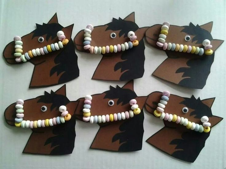 Snoepketting op paard  - paper ponies with candy bracelets as bridles.