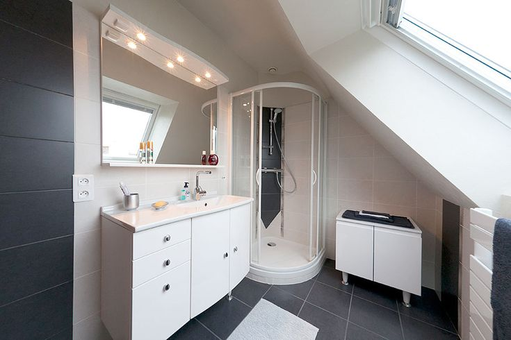 Salle de bains quimper petite salle d eau brest salle - Petite salle de bain sous pente de toit ...