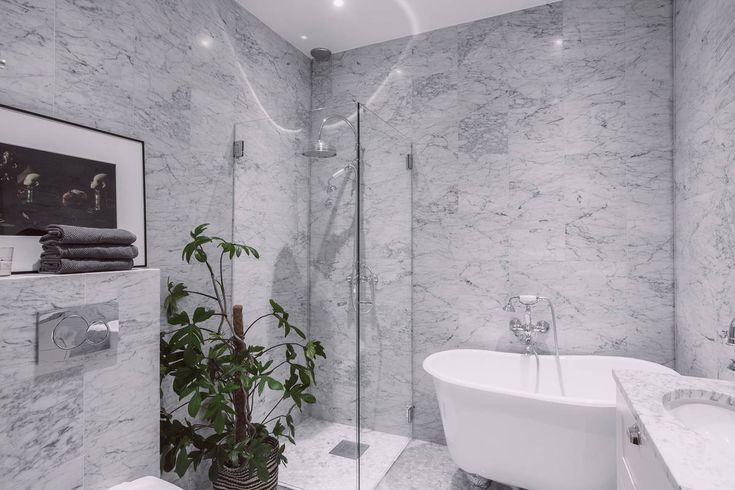 En trend vi ser överallt just nu är stor rund spegel - här ett snyggt & lyxigt badrum i Paris som verkligen är värt att inspireras av för sina runda former!