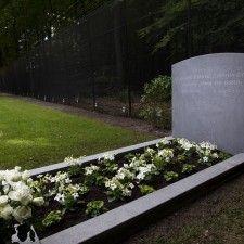 LAGE VUURSCHE - Bij het graf van prins Friso is een gedenksteen geplaatst. Het graf is opgesierd met witte bloemen. Op de gedenksteen staan alleen de namen van de prins en zijn geboorte- en sterfdag. Verdere tekst ontbreekt, zoals zijn titels of de namen van nabestaanden.