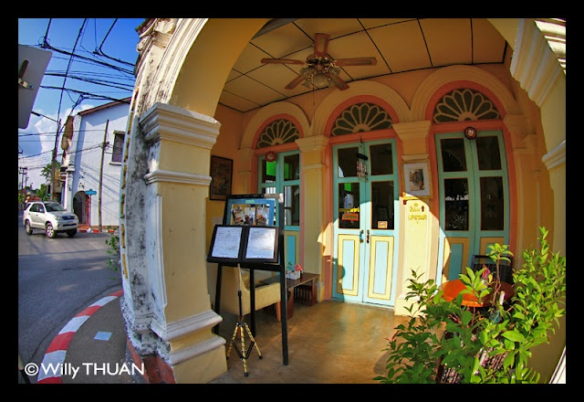 Need a little break while exploring the historical part of Phuket town? Look no further, Pirrera Café is the perfect spot, serving great cakes and traditional Phuket coffee in a charming historical shophouse.