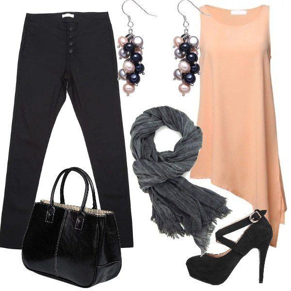 Un top lungo in una delicata tonalità di colore viene abbinato ad un paio di jeans skinny.Le scarpe sono delle décolleté con cinturini elastici e fibbia, mentre la borsa a mano è in pelle. Completano la composizione, pensata per un serata non troppo formale, un foulard grigio e un paio di orecchini con perline nere e beige.