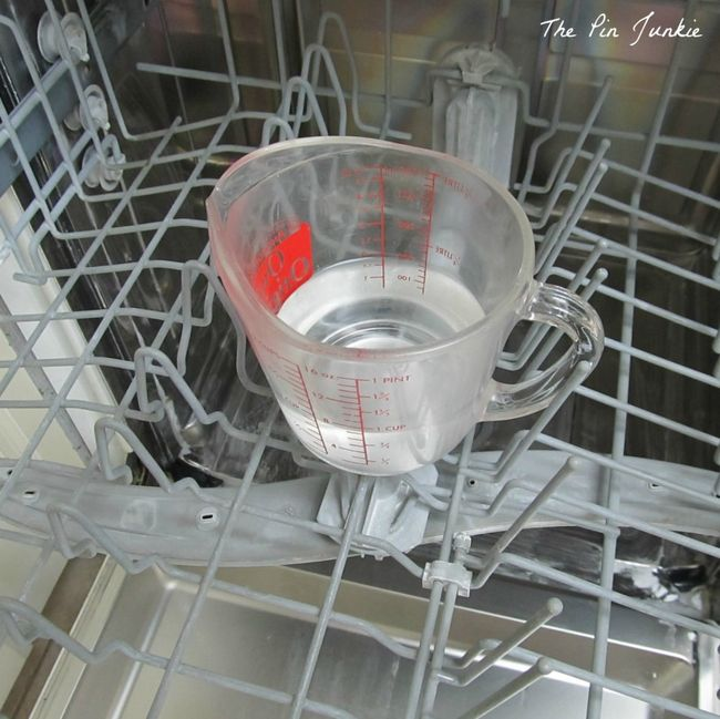 Faites tourner votre lave-vaisselle à haute température avec un verre de vinaigre blanc sur le compartiment du haut. Vous pouvez ajouter un peu de bicarbonate de soude tout en bas