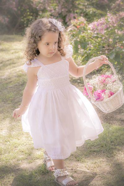 La hermosa niña de la canasta de flores.
