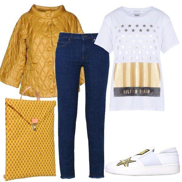 Outfit perfetto per la scuola o l'università composto da t-shirt bianca con stampa dorata, jeans, piumino leggero con maniche a 3/4, sneakers con particolari dorati e zaino giallo.