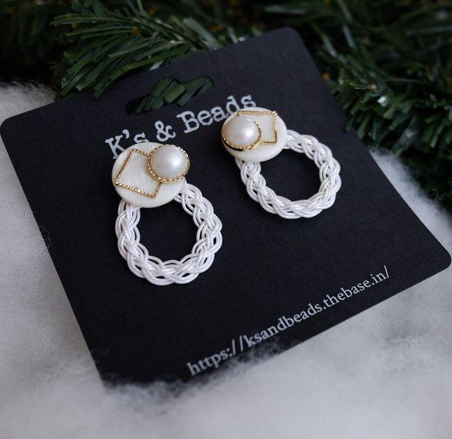 ミディアムサイズのホワイトフープピアス K S Beads ピアス 水引 アクセサリー ハンドメイド イヤリング 作り方