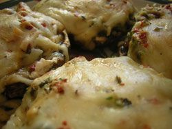 Gevulde champignons uit de oven: met roomkaas en spek of pesto, mozarella en een spekje rond