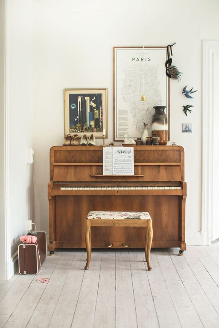 To give a retro feel to your interior, choose a thin, old wooden frame for your city map and combine it with other vintage items, like a beautiful piano, seventies vase or some antique suitcases.