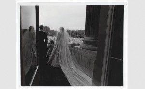 La aparición de 14 fotografías inéditas de la boda de Diana de Gales con Carlos de Inglaterra ha conmovido al público británico y ha devuelto a las primeras páginas de los periódicos a la princesa, fallecida en 1997 en París cuando era perseguida por los paparazis. En una semana en la que el palacio de […]