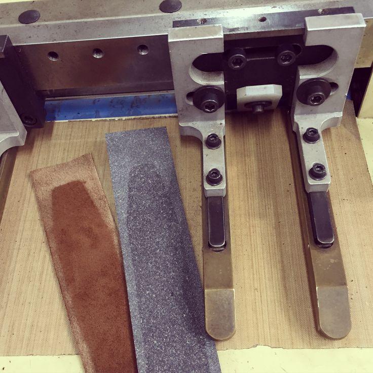 MAQUINAS FABRICACION CINTURONES  Dispositivo para rebajar punta y lados del cinturón para trabajar en maquina de dividir BELTS MAKERS MACHINE Skiving top and edges device for working in splitting machine.