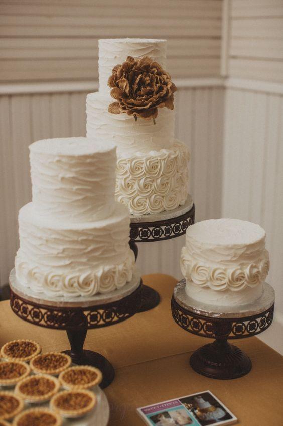 Vorgestellter Fotograf: Mercedes Morgan Photography; Einfach klassische weiße Textur …   – Wedding Cakes
