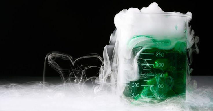 Cómo hacer una máquina de humo casera con hielo seco. Ya se trate de que estés montando una producción teatral, un espectáculo de Halloween o una película con un presupuesto bajo, el hielo seco te permite realizar una máquina de humo no tóxico en tu casa. El hielo seco es dióxido de carbono congelado. Es mucho más frío que el hielo común hecho con agua congelada y, cuando se lo coloca en agua ...