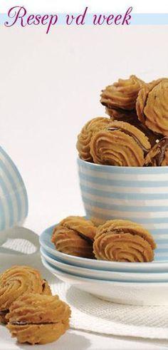 KOEKIES 250 g (½ blok) sagte botter 187 ml (¾ k) versiersuiker, gesif 10 ml (2 t) koffiepoeier 15 ml (1 e) kookwater 500 ml (2 k) koekmeel, gesi