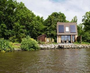Dokkum, huisje aan het water in Jannum